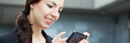 Attraktive junge Frau benutzt ihr Smartphone zur Orientierung unterwegs